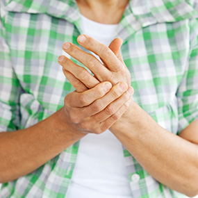 rheumatoid-arthritis-rubbing-swollen-joints-in-hands